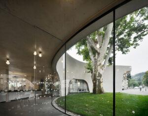 TreeHugger-um-edifício-de-concreto-arrojado-envolve-o-espaço-público-com-curvas-sinuosas-10